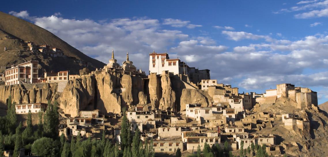 ladakh bjergene kalder med høj sol over Himalaya